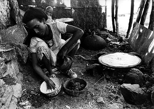 "Jewish woman making ""injera"". Wallaka, Ethiopia. 1984. Photo:Doron Bacher. Oster center, Beit hatfutsot."