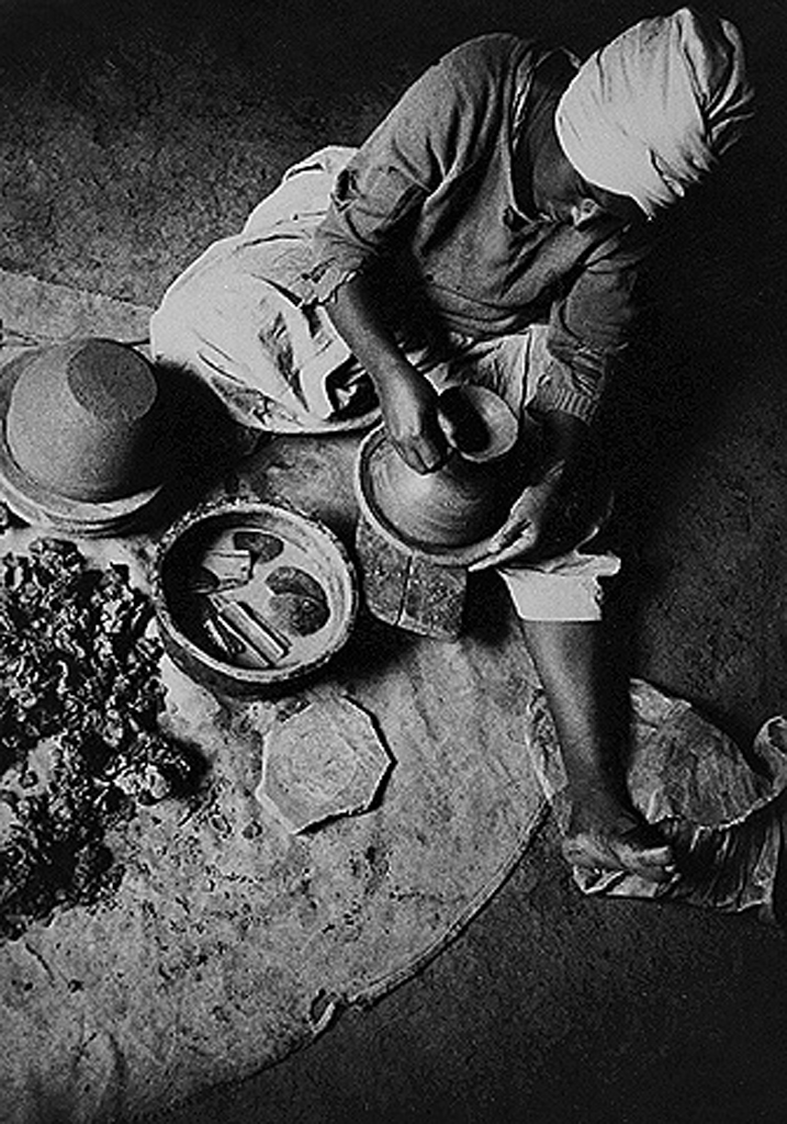 Jewish potter. Wallaka, Ethiopia. 1970. Oster center, Beit hatfutsot. Courtesy of Yona family, Israel.