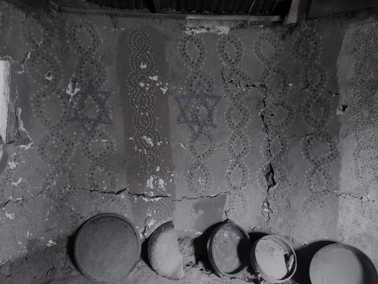עיטורי קיר בסלון בית, בכפר וולקה, אתיופיה. צילום:רונן לוי.