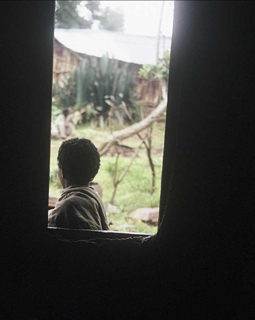 יהודייה מחוץ לביתה בכפר אמבובר, אתיופיה. תחילת שנות ה70. באדיבות אילן דה בר